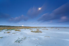 Północny denny wybrzeże w półmroku i księżyc w pełni Fotografia Stock