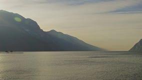 Północny górzysty brzeg Jeziorny Garda, Włochy Strzelający na CZERWONEJ kamerze zbiory