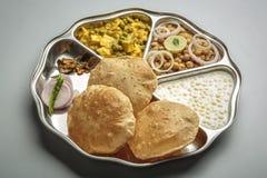 Północny indyjski jedzenie słuzyć w thali lub talerzu Zdjęcia Royalty Free
