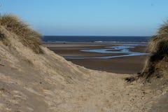 Północny Norfolk nabrzeżny footpath, plażowa scena zdjęcia royalty free
