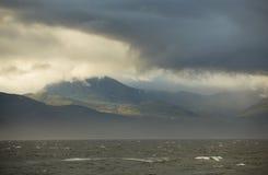 Północny shorescape z wzgórzami zakrywającymi z ciężkim dramatem Obraz Royalty Free