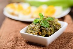 Północny Tajlandzki jedzenie, piec na grillu zielony oberżyna ubijanie z chili fotografia stock