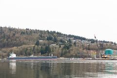 PÓŁNOCNY VANCOUVER, BC, KANADA, APR -, 09, 2018: Zbiornikowiec do ropy blisko Parkland tankuje rafinerię obraz royalty free