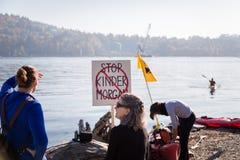 PÓŁNOCNY VANCOUVER, BC, KANADA, OCT - 28, 2017: Protestujący przy Cates Parkowy zbierać przeciw Kinder Morgan rurociąg dalej fotografia royalty free