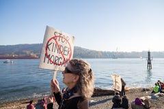 PÓŁNOCNY VANCOUVER, BC, KANADA, OCT - 28, 2017: Protestujący przy Cates Parkowy zbierać przeciw Kinder Morgan rurociąg dalej obrazy stock
