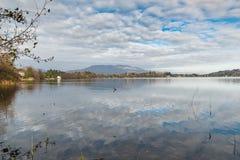 Północny Włochy, Monate jezioro od Cadrezzate w kierunku góry Campo dei Fiori zdjęcia stock