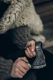 Północny wojownik z bronią, Viking ostrzy jego cioskę przed b Zdjęcia Royalty Free