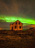 Północnych świateł Above Zaniechany dom zdjęcia stock
