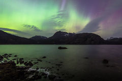 Północnych świateł Kolorowy niebo Nad jeziorem w Norwegia Fotografia Royalty Free