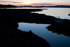 Północy słońce w Iceland z Jeziornym Myvatn obraz royalty free