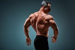 Półpostać atrakcyjny męskiego ciała budowniczy na szarym tle zdjęcia royalty free