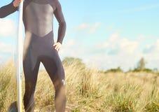 Półpostać widok dysponowany mięśniowy surfingowiec Obraz Royalty Free