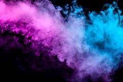Półprzezroczysty, gęsty dym, iluminujący światłem przeciw ciemnemu tłu, dzielącemu w dwa koloru: błękitny i purpurowy, oparzenie  ilustracji
