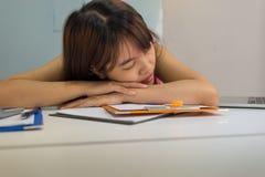 Półsenny dziewczyny spadać uśpiony przy biurem obrazy royalty free