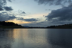 Późne popołudnie zmierzch na jeziorze w wsi sao Paulo zdjęcie stock