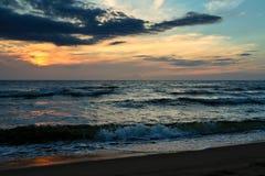 Póżno w wieczór na morzu, zmrok, piękny krajobraz Zdjęcia Stock