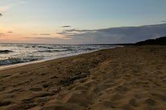 Póżno w wieczór na morzu, zmrok, piękny krajobraz Zdjęcie Stock