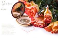 Pó, batom e rosas sobre o branco Imagens de Stock Royalty Free