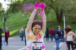 Pó cor-de-rosa que cai na cabeça da menina na corrida da cor imagem de stock royalty free