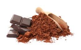 Pó de cacau e partes de chocolate foto de stock