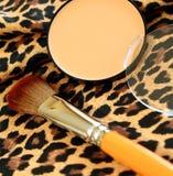 pó de face pessoal e escova cosmética Imagens de Stock Royalty Free