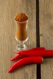 Pó de pimenta de pimentão e de pimentão no vidro pequeno Imagem de Stock Royalty Free