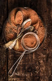 Pó do chocolate com colheres e filtro no fundo de madeira escuro Imagens de Stock Royalty Free