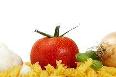 półdupków fusilli czosnku cebulkowy surowy niektóre pomidor Fotografia Royalty Free