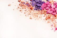 Pó esmagado do cosmético da sombra vário grupo isolado no fundo branco Fotografia de Stock