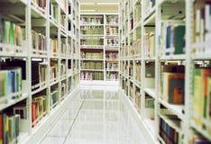 półki biblioteki Zdjęcie Royalty Free
