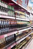 Półki z Rosyjskim piwem w zwyczajnym wschodzie - europejscy delikatesy Fotografia Stock