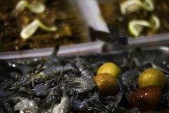 Półmisek soczysta garnela w rybiego rynku bufecie fotografia stock