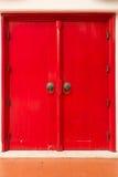 Północny Tajlandzki stylowy czerwony drzwi w vertical Obraz Royalty Free