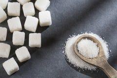 Pó refinado e cubos do açúcar branco imagens de stock