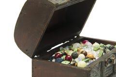 Półszlachetni kamienie w starej drewnianej klatce piersiowej Zdjęcia Royalty Free