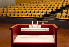 Pódio na sala de conferências vazia. Fotografia de Stock
