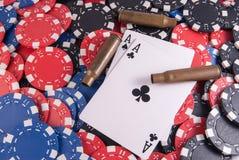 Póker de los as y microprocesadores y balas de la cubierta fotografía de archivo