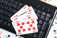 Póker en línea que juega Imagenes de archivo