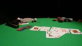 PÓKER: las manos de un póker del juego del hombre metrajes