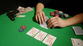 PÓKER: las manos de un póker del juego del hombre almacen de metraje de vídeo