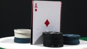 Póker que hace girar con los microprocesadores de juego muestre en la tabla