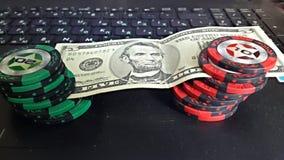 Póker y dólares Fotos de archivo