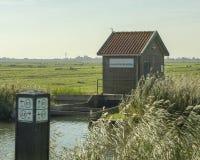 Pólder con la estación de bombeo elecric, Países Bajos fotos de archivo libres de regalías