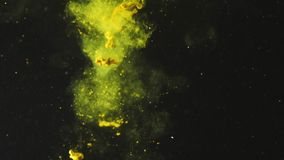 Pólen que cai na água no fundo preto Néctar amarelo na água com bolhas Estilo de vida saud?vel, dieta video estoque