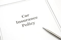 Póliza de seguro de coche con una pluma Imagen de archivo libre de regalías
