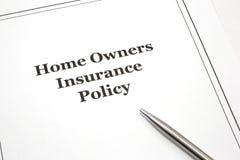 Póliza de seguro de los propietarios caseros con una pluma imágenes de archivo libres de regalías