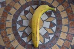 Póngame letras hizo con los plátanos para formar una letra del alfabeto con las frutas Fotos de archivo libres de regalías