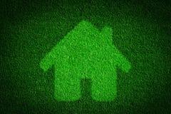 Póngase verde, casa amistosa del eco, concepto de las propiedades inmobiliarias Imágenes de archivo libres de regalías