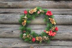 Póngase verde con rojo y la guirnalda de la conífera de la Navidad del oro Fotos de archivo libres de regalías