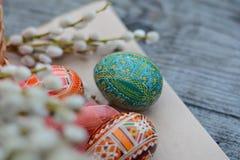 Póngase verde, huevo de Pascua en el fondo de papel Fotos de archivo